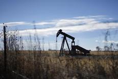 Нефтяной станок-качалка близ Денвера, штат Колорадо, 2 февраля 2015 года. Нефтяные компании США, стремящиеся сохранить объем добычи на фоне падения мировых цен на нефть, уделяют все больше внимания традиционному способу добычи с помощью вертикальных скважин. REUTERS/Rick Wilking