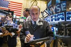 La Bourse de New York a ouvert sur une petite hausse mercredi, dans un marché qui joue la prudence alors que la Réserve fédérale américaine entame deux jours de débats susceptibles de la conduire à relever ses taux pour la première fois depuis 2006. L'indice Dow Jones gagnait 0,28% dans les premiers échanges. Le Standard & Poor's 500, plus large, prenait 0,28% également et le Nasdaq Composite grignote 0,03%. /Photo prise le 1er septembre 2015/REUTERS/Lucas Jackson