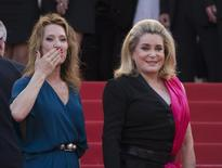 Diretora Emmanuelle Bercot (E) e atriz Catherine Deneuve no Festival de Cannes.  13/5/2015.   REUTERS/Yves Herman