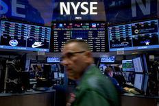 Трейдеры на торгах Нью-Йоркской фондовой биржи 15 сентября 2015 года. Фондовые рынки США выросли в среду благодаря почти 6-процентному повышению цен на нефть, хотя многие инвесторы не участвовали в торгах, ожидая решения ФРС о процентных ставках. REUTERS/Brendan McDermid