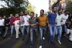Протестующие против повышения тарифов на электроэнергию в Ереване 23 июня 2015 года. Российский госэнергохолдинг ИнтерРАО может выйти из убыточных электрических сетей Армении, продав компанию международном инвестору. REUTERS/Hrant Khachatryan/PAN Photo