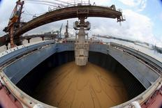 Un barco chino es cargado con granos de soja, en el Puerto de Santos, 19 de mayo de 2015.  Las importaciones chinas de soja podrían caer por primera vez en una década en el año de cosecha 2015/2016 debido a una desaceleración de la demanda de alimento para animales en el comprador de soja más importante del mundo, dijo el jueves un operador senior en el gigante de materias primas Cargill. REUTERS/Paulo Whitaker