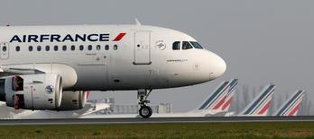 L'action Air France-KLM est à suivre venredi à la Bourse de Paris, après l'annonce par trois syndicats, la CGT, FO et l'Unsa, lancé au personnel au sol d'Air France à faire grève le 5 octobre pour protester contre les suppressions de postes envisagées par la direction. /Photo prise le 8 avril 2015/REUTERS/Gonzalo Fuentes