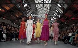 Modelos desfilam coleção de Bora Aksu em Londres.  18/9/2015. REUTERS/Suzanne Plunkett