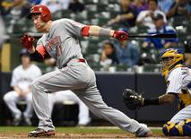 Cincinnati Reds third baseman Todd Frazier (21) drives in a run with a base hit in the first inning against the Milwaukee Brewers at Miller Park.  Benny Sieu-USA TODAY Sports