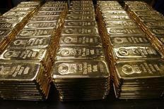 Слитки золота на предприятии Argor-Heraeus SA в Швейцарии. 13 ноября 2008 года. Цены на золото снижаются с отмеченного в пятницу трехнедельного максимума за счет повышения котировок акций и курса доллара. REUTERS/Arnd Wiegmann