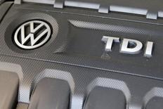 Volkswagen a plongé de 18,6% en Bourse lundi, sa plus forte baisse sur une séance en 78 ans d'existence, en réaction à des accusations aux Etats-Unis de tromperie sur les émissions polluantes de ses voitures, qui l'exposent à des amendes colossales et pourraient avoir des retombées en Europe. /Photo prise le 21 septembre 2015/REUTERS/Shannon Stapleton