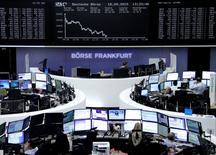Les Bourses européennes plongeaient de 2% à 3% mardi vers la mi-séance, sous le coup du nouvel effondrement de l'action Volkswagen en particulier et du secteur automobile dans son ensemble mais aussi de la chute du compartiment des matières premières, plombé par le reflux des cours du cuivre. /Photo prise le 18 septembre 2015/REUTERS/Staff/remote