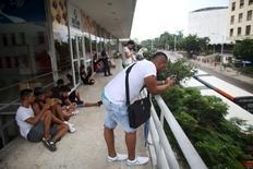 Jóvenes cubanos usando internet en un punto de señal Wi-Fi, en La Habana, 22 de septiembre de 2015. Es fin de semana en Santiago de Cuba, la segunda ciudad más grande del país, y la música suena a todo volumen en los bares, discotecas y clubs. Pero adentro no hay nadie. REUTERS/Alexandre Meneghini