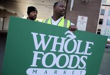 Whole Foods Market est une des valeurs à suivre lundi à Wall Street. L'entreprise a annoncé la suppression de 1.500 emplois, soit 1,6% de ses effectifs, dans les deux mois à venir afin de réduire les coûts et d'investir dans une rénovation technologique. /Photo d'archives/REUTERS/Rebecca Cook