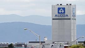La planta de aluminio de Alcoa en Tennesse, 8 de abril de 2014. Alcoa, que ha sido afectada por la caída de precios del aluminio, su principal producto, dijo el lunes que se escindirá en dos entidades que coticen en bolsa en momentos en que sus operaciones tradicionales y negocios automotores y de alto valor divergen y ya no son compatibles. REUTERS/Wade Payne/Files