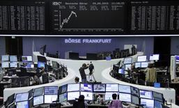 Les Bourses européennes, après avoir commencé en forte baisse dans le sillage de leur chute de la veille, ont dans l'ensemble effacé leurs pertes pour évoluer en légère hausse mardi vers la mi-séance, portées notamment par le rebond des valeurs automobiles et de celles liées aux matières premières. À Paris, le CAC 40 avançait de 0,17% à 12h45. À Francfort, le Dax prenait 0,29% mais, à Londres, le FTSE perdait 0,45%. /Photo prise le 29 septembre 2015/ REUTERS/Staff/remote