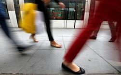 """Dans un marché de l'habillement toujours déprimé en France, les marques de grande diffusion doivent davantage soigner leur """"image prix"""", soit la cherté perçue par le consommateur, et continuer d'investir dans le numérique pour fidéliser une clientèle devenue très volage. /Photo d'archives/REUTERS/Vincent Kessler"""