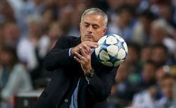 Mourinho tenta segurar bola em jogo do Porto contra o Chelsea.  Reuters/Matthew Childs
