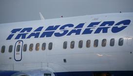 Самолет Boeing 737 авиакомпании Трансаэро в Киеве 25 сентября 2015 года. Власти РФ могут отказаться от идеи слияния второй по объемам перевозок авиакомпании Трансаэро с государственным Аэрофлотом и не исключают ее банкротства, сказал журналистам в среду вице-премьер Игорь Шувалов. REUTERS/Valentyn Ogirenko