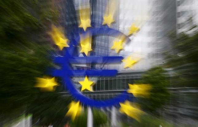 9月30日、S&P、ECBが今後数カ月に資産買い入れの規模を2倍にする可能性があると指摘。ユーロのサイン。7月撮影(2015年 ロイター/Kai Pfaffenbach)