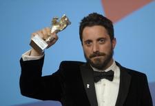 """Diretor Pablo Larraín durante premiação em Berlim pelo filme """"O Clube"""".     REUTERS/Stefanie Loos"""