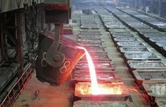"""Цех комбината """"Надежда"""" Норильского никеля в Норильске. 23 января 2015 года. Норильский Никель, один из крупнейших в мире производителей никеля и палладия, заморозил инвестиции в горнорудные проекты на полмиллиарда долларов на три года на фоне кризиса глобального товарно-сырьевого рынка, сказал в среду один из топ-менеджеров компании. REUTERS/Polina Devitt"""