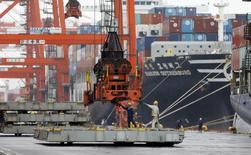 La croissance du secteur manufacturier japonais a marqué le pas en septembre. Les commandes à l'exportation ont subi leur recul le plus marqué en près de trois ans, un nouveau signe que le ralentissement chinois pèse sur les perspectives du pays. /Photo prise le 8 septembre 2015/REUTERS/Toru Hanai