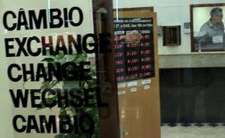 Пункт обмена валюты в Сан-Паулу. 24 сентября 2015 года. Курс доллара растет после выхода производственной статистики Китая и накануне отчета о занятости в США. REUTERS/Nacho Doce