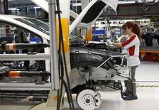 Funcionária de fábrica de carros em Martorell, na Espanha.  02/12/2014      REUTERS/Gustau Nacarino