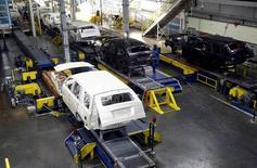 Autos en las líneas de ensamblaje de la planta de General Motors, en Arlington, Texas, 9 de junio de 2015. El ritmo de crecimiento en el sector manufacturero de Estados Unidos se desaceleró en septiembre, mientras que las nuevas solicitudes de beneficios por desempleo apuntaron a un ajustado mercado laboral, dando mensajes mixtos sobre la salud económica que podrían complicar los planes de la Fed de elevar las tasas. REUTERS/Mike Stone