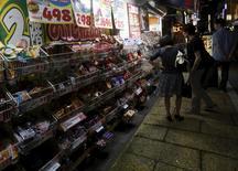 Les dépenses des ménages japonais ont progressé en août pour la première fois en trois mois, tandis que l'offre de travail est revenue à un niveau sans précédent en plus de deux décennies. Les dépenses des ménages ont augmenté de 2,9% d'un an sur l'autre. /Photo prise le 27 août 2015/REUTERS/Yuya Shino