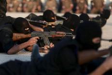Сирийские повстанцы в лагере близ Дамаска 12 июля 2015 года. И без того уступающие в вооружениях и количестве своим противникам поддерживаемые США повстанцы в Сирии столкнулись с новой, и возможно, даже более серьезной угрозой - российскими авиаударами, которым Вашингтон, как кажется, не слишком хочет мешать.  REUTERS/Bassam Khabieh