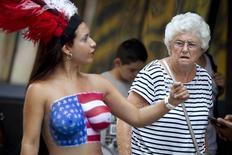 Artista de rua atraindo olhares na Times Square, em Nova York.  18/08/2015   REUTERS/Carlo Allegri
