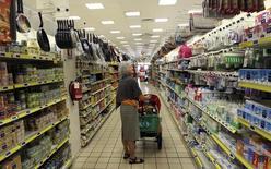 Selon les données publiées lundi par Eurostat, les ventes au détail dans la zone euro sont restées stables en août par rapport à juillet, une hausse des achats alimentaires et de carburant ayant été compensée par une baisse des dépenses dans l'habillement, les biens culturels et les produits électriques. /Photo d'archives/REUTERS/Stefano Rellandini