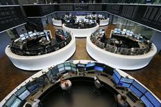 Les Bourses européennes accentuent leurs gains lundi à mi-séance, notamment la place de Paris, après des chiffres de l'emploi décevants aux Etats-Unis qui jouent en faveur d'un report de la hausse des taux de la Réserve fédérale au-delà de 2015.  Le CAC 40 s'adjugeait 3,28%  à 13h05. À Francfort, le Dax prenait 2,2% et à Londres, le FTSE gagnait 2,05%. /Photo prise le 6 juillet 2015/REUTERS/Ralph Orlowski