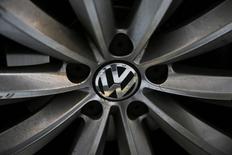 Колесо Volkswagen Passat TDI в Лондоне 30 сентября 2015 года. Восемь миллионов дизельных автомобилей в Евросоюзе оснащены программным обеспечением, способным жульничать с тестами на выброс продуктов сгорания в атмосферу, говорится в копии письма, направленного Volkswagen немецким автопроизводителям.   REUTERS/Stefan Wermuth