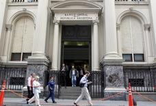"""Peatones caminan junto al Banco Central de Argentina, en el distrito financiero de Buenos Aires, 26 de marzo de 2015. El Gobierno de Argentina dispuso que el flamante título """"Bonar 2020"""" tendrá una emisión de hasta 1.500 millones de dólares, informó el martes mediante el boletín oficial, un día después de cancelar deuda por 5.900 millones de dólares con reservas del Banco Central. REUTERS/Agustin Marcarian"""