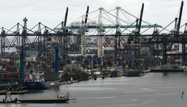 Un carguero en el muelle del puerto de Miami, 4 de octubre de 2007. El déficit comercial de Estados Unidos registró en agosto su mayor incremento en cinco meses debido a la debilidad de las exportaciones ante la vacilante economía global y el aumento de importaciones de bienes chinos. REUTERS/Carlos Barria