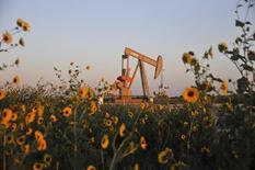 Una unidad de bombeo de petróleo operando cerca de Guthrie, Oklahoma, 15 de septiembre de 2015. La producción de petróleo de Estados Unidos caería a 8,9 millones de barriles por día el próximo año, frente a los 9,2 millones de bpd que se espera para el 2015, proyectó la gubernamental Administración de Información de Energía (EIA). REUTERS/Nick Oxford