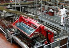 Imagen de archivo de un trabajador en la línea de producción de la cervecería Babaria en Tocancipa, Colombia, mar 15 2005. La recaudación de impuestos en Colombia subió un 12,4 por ciento en septiembre a 14,4 billones de pesos (4.846 millones de dólares), frente a igual mes del año pasado, informó el martes la Dirección de Impuestos y Aduanas Nacionales (DIAN).  REUTERS/Eliana Aponte/Files