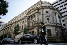 Человек проходит мимо здания Банка Японии в Токио 24 июня 2015 года. Банк Японии в среду воздержался от введения новых стимулов, несмотря на то, что снижение экспорта и падение цен на нефть угрожают его смелому прогнозу о достижении 2-процентной инфляции в следующем году.  REUTERS/Toru Hanai