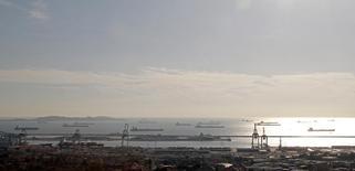 Танкеры у гавани Марселя 27 октября 2010 года. Мировое потребление нефти вырастет в 2016 году как никогда за последние шесть лет, а рост добычи в странах вне ОПЕК остановится, прогнозирует Управление энергетической информации (EIA) США. REUTERS/Jean-Paul Pelissier