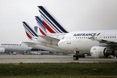 Air France perd 3,56% vers 13h35, quand le CAC 40 progresse de 0,43% à 4.680,89 points. Les actions des compagnies aériennes européennes (-3,74%) sont pénalisées par une note stratégique de Crédit suisse dans laquelle le courtier a abaissé son conseil sur le secteur de surpondérer à pondération en ligne au regard d'une possible stabilisation des cours du pétrole. /Photo d'archives/REUTERS/Jacky Naegelen