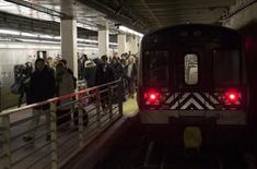 Commuters arrive at Grand Central Station on a Metropolitan Transportation Authority (MTA) Metro North Railroad from Chappaqua, New York February 5, 2015. REUTERS/Mike Segar