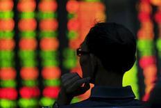 Инвестор в брокерском доме в Шанхае 26 августа 2015 года. Азиатские фондовые рынки завершили торги разнонаправленно за счет местных факторов.  REUTERS/Aly Song