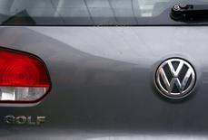 El logo de Volkswagen en una calle de Sídney, Australia, el 8 de octubre de 2015. El software que Volkswagen usó para manipular las pruebas de emisiones de gases fue activado en vehículos en Europa, informó el diario alemán Sueddeutsche Zeitung citando a fuentes de la compañía. REUTERS/David Gray