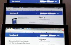"""Pantallas de computadoras donde se aprecia el sitio web Facebook en Golden, EEUU, jul 29 2015. Les guste o no, el icónico botón """"Me gusta"""" de Facebook Inc se hará más expresivo.   REUTERS/Rick Wilking"""