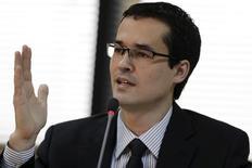 El fiscal federal de Brasil, Deltan Dallagnol, dando un anuncio en Brasilia, mar 20 2015. Las pérdidas de la estatal brasileña Petrobras relacionadas con un extendido escándalo de corrupción posiblemente superarán los 20.000 millones de reales (5.300 millones de dólares), dijo el viernes el fiscal federal, Deltan Dallagnol.  REUTERS/Ueslei Marcelino