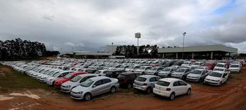 Vehículos nuevos estacionados en la planta de Volkswagen en Taubate, Brasil, jun 15, 2015. Colombia y Brasil firmaron el viernes acuerdos para aumentar el comercio y las inversiones entre ambos países, incluyendo el sector automotriz, lo que les permitirá reducir en algo el impacto la desaceleración de sus economías a consecuencia de la caída de los precios de las materias primas.  REUTERS/Paulo Whitaker