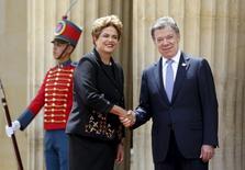 Presidente Dilma Rousseff cumprimenta o presidente colombiano Juan Manuel Santos em Bogotá. 9/10/2015. REUTERS/John Vizcaino