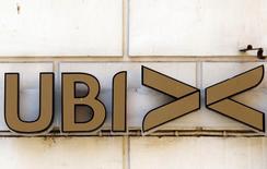 La banque coopérative italienne UBI discute rapprochement avec, entre autres, sa rivale locale Banco Popolare, dans le cadre de la réforme du secteur bancaire du pays mise en oeuvre par le gouvernement et approuvée par les actionnaires d'UBI lors d'une assemblée générale extraordinaire. /Photo d'archives/REUTERS/Alessandro Bianchi
