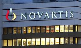 Novartis a racheté une part supplémentaire de 2,5% dans le capital de Gamida Cell, une société israélienne spécialisée dans les thérapies fondées sur les cellules souches, dans le cadre d'une opération qui pourrait représenter plus de 600 millions de dollars (450 millions d'euros). /Photo d'archives/REUTERS/Arnd Wiegmann