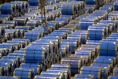 Un empleado trabaja entre láminas de acero inoxidable, en una acería en Taiyuan, China, 2 de septiembrede 2015. El consumo aparente global del acero crecería un 0,7 por ciento interanual, a 1.523 millones de toneladas, en 2016, dijo la Asociación Mundial de Acero el lunes en su conferencia en Chicago. REUTERS/Stringer