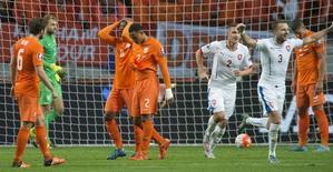 Tchecos comemoram e holandeses lamentam em jogo em Amsterdã.  13/10/2015.  REUTERS/Toussaint Kluiters/United Photos